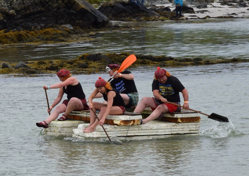 The winning team, the Highlanders, paddle back into the bay. 50_c31gigha09_adult winners