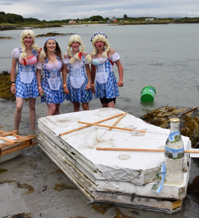 Wee Isle Maids with their customised raft. 50_c31gigha13_wee isle maids