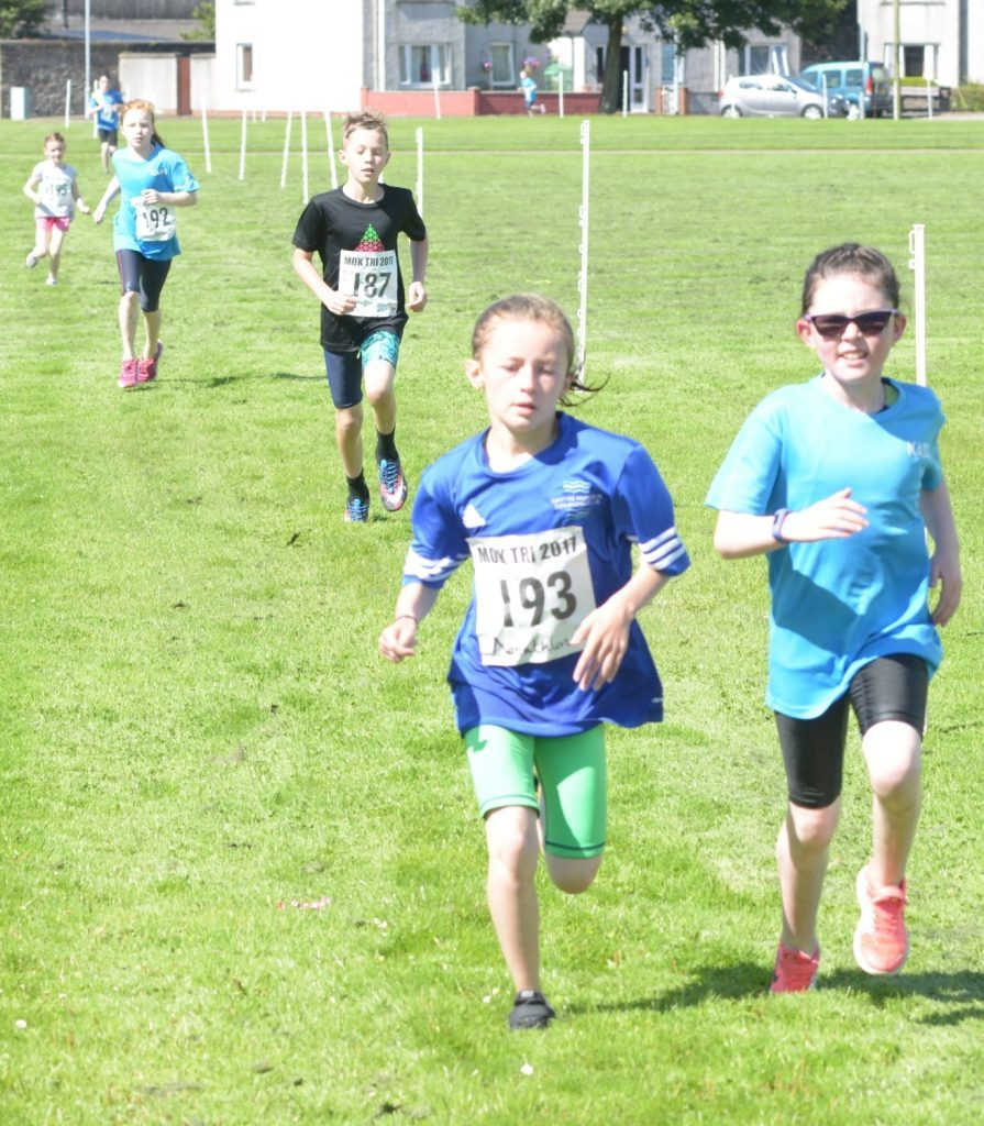 Runners race to the finish. 25_c33aquathlon04