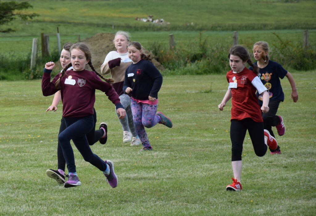 The girls are determined in the flat race.