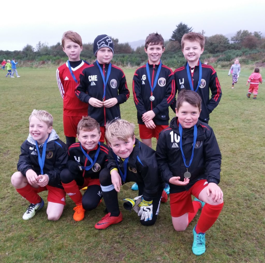 The 2009s proudly display their medals.