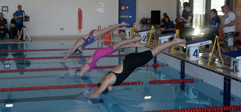 Girls' synchronised entry to the pool.