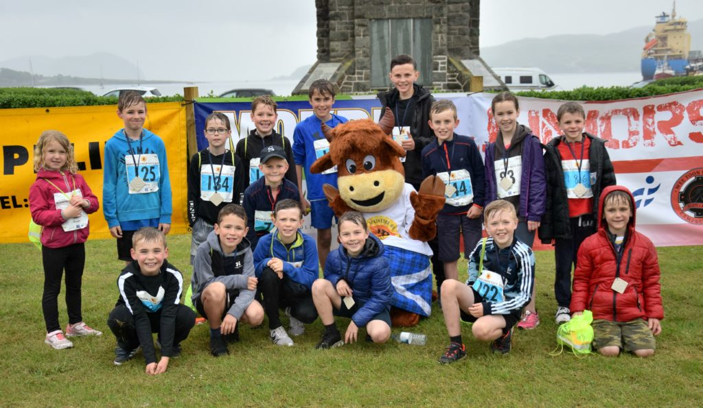 A squad of runners from Milngavie Primary School who travelled to take part in MOKRUN, with MOKCOO.