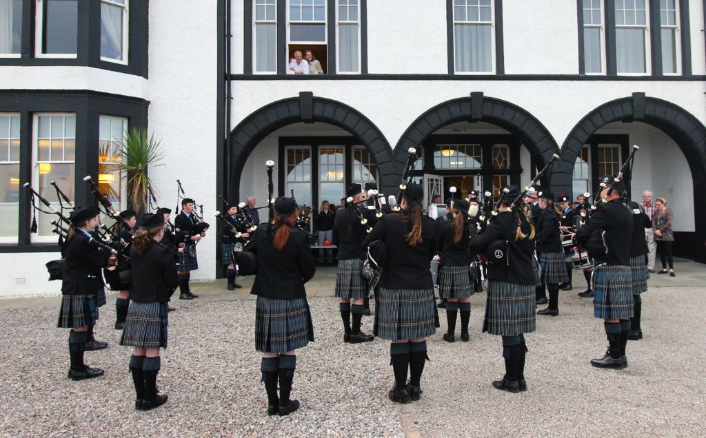 Pipers welcome American golfers to Kintyre